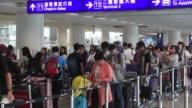 Cientos de pasajeros se quedaron varados el martes en el aeropuerto de Hong Kong donde el paso del tifon Nida vacio las calles y dejo varios heridos
