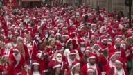 Cientos de personas disfrazadas de Papa Noel recorrieron las calles de Londres para derrochar ambiente navideno VOICED Una invasion de Papas Noel on...