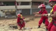 Cientos de personas fueron rescatadas el viernes por policias y bomberos en los barrios populares de Lima que quedaron incomunicados por las...