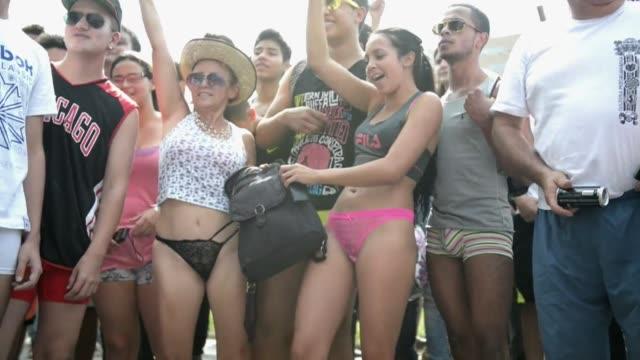 Cientos de personas recorrieron las calles de la ciudad colombiana de Medellin el domingo en el dia sin pantalones marcharon en ropa interior y...