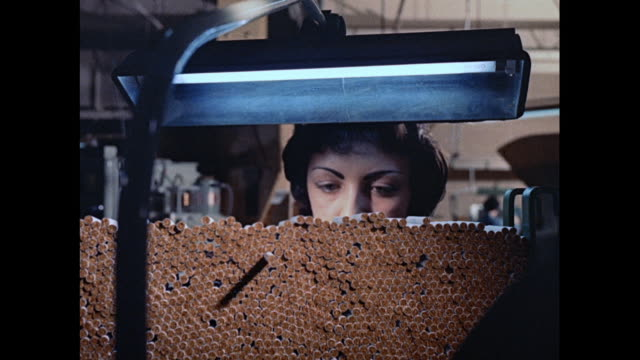 MONTAGE Cigarette production and packaging in a factory in England / United Kingdom