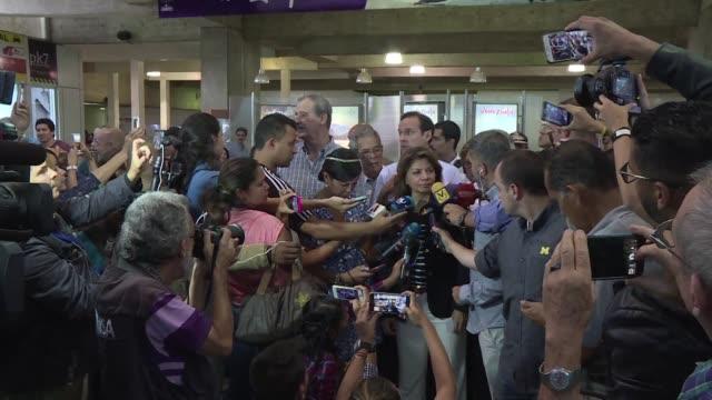 Cinco expresidentes de America Latina llegaron el sabado a Venezuela para participar como acompanantes del plebiscito que realizara la oposicion...