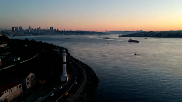 Filmische schot van Ahirkapi vuurtoren en de Bosporus, Istanbul, Turkije