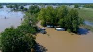 Cirlcing boven de huizen ondergedompeld bijna volledig onder water Columubus, Texas kleine stad Gulf Coast schade zone van Orkaan Harvey Path of Destruction.