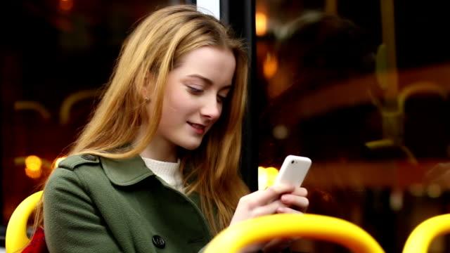Autobus della città di notte, smartphone donna.
