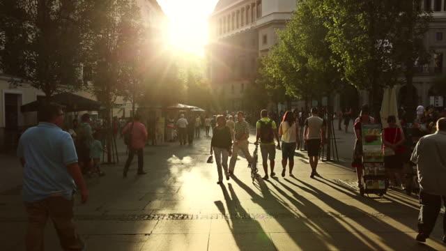 Stadtzentrum von Madrid: Menschen gehen und genießen Sie die warmen Sonnenuntergang