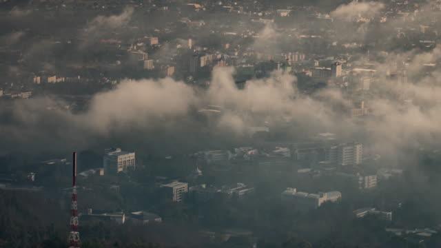 Stadt im Nebel und Bewegung der Wolken, Zeitraffer, 4 k (UHD