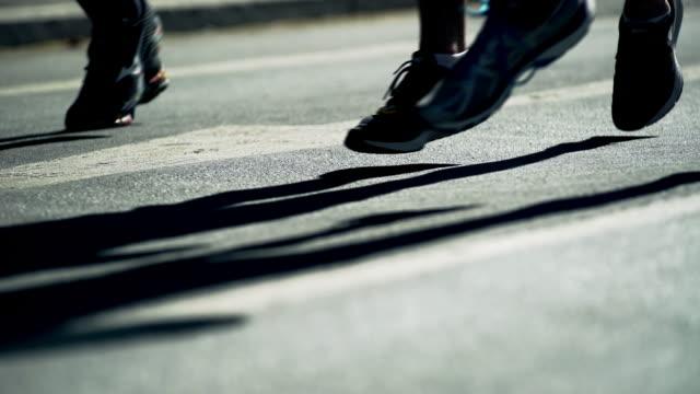 Città maratona corridori In controluce (4 k UHD) /