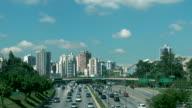 skyline della città con avenue in primo piano