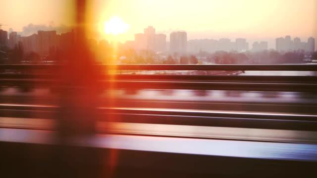 Paesaggio urbano dalla finestra del treno