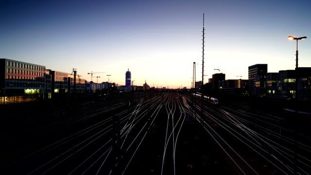 Skyline von München mit Eisenbahn bei Sonnenuntergang