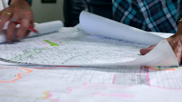Bauingenieur mit Vertragsurkunde