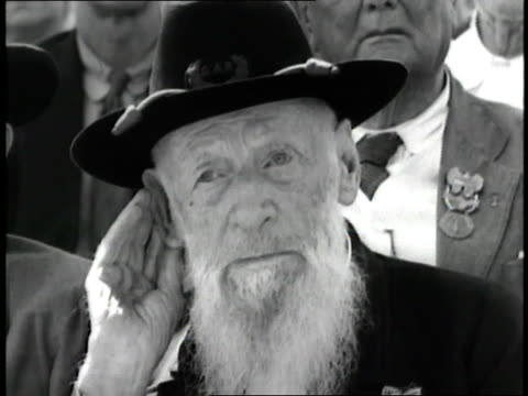 Civil War veterans listen with hands to their ears