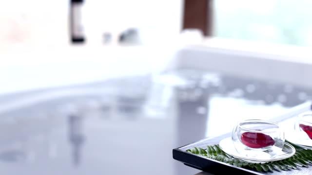 schoon water in spa badkuip in moderne badkamer