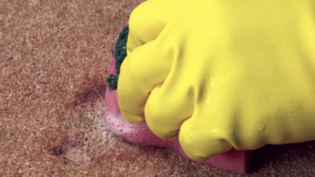Rode wijn vlek uit tapijt reinigen