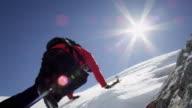 Alpinista Salite su una montagna coperta di neve