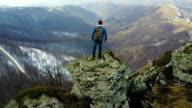 Kletterer Genießen Sie die Aussicht von der Spitze des Berges