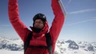 Alpinista è tifo in cima alla montagna