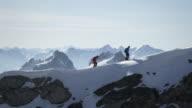 Climber piedi su una coperta di neve montagna