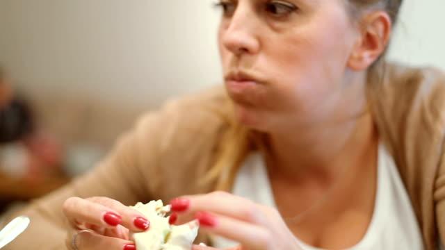 Aufnahmen von Mid-Adult weiblich Taco an der Bar Essen Nahaufnahme
