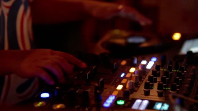 Hand van Dj dekken close-up / draaitafel bij Disco Party Nightclub