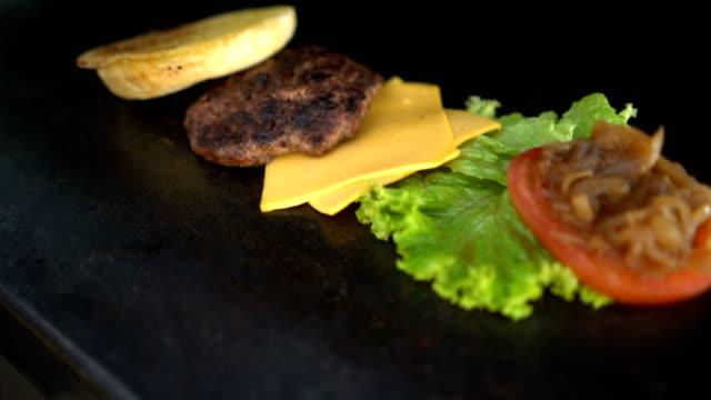 Nahaufnahme eines Hamburger auf einem hölzernen Hintergrund