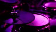 Enge, der Schlagzeuger spielen Drum Kit auf Veranstaltung