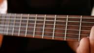 Close up van gitaristen handen