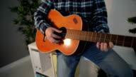 Close Up van Man spelen gitaar in kantoor op pauze