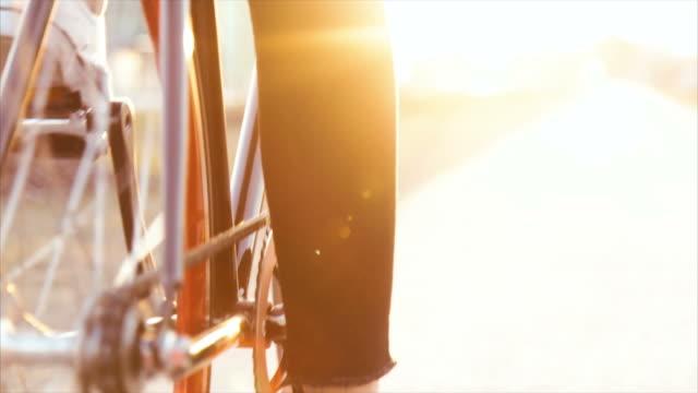 Primo piano della bicicletta al tramonto