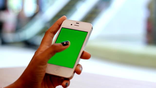 Nahaufnahme einer Frau mit Mobile Smartphone in Einkaufszentrum