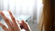 Nahaufnahme einer jungen Frau Aussehen und mit Smartphone nach unten kippen, 4 k (UHD)