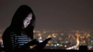 Nahaufnahme der junge Frau berühren Tablet auf dem Dach des Hotels, 4 k (UHD