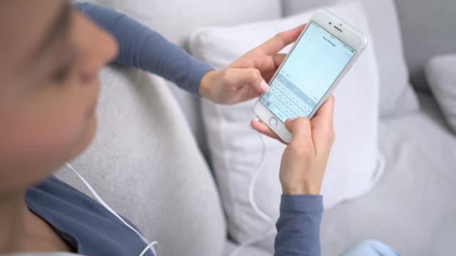 Close-up op vrouw texting op haar smartphone
