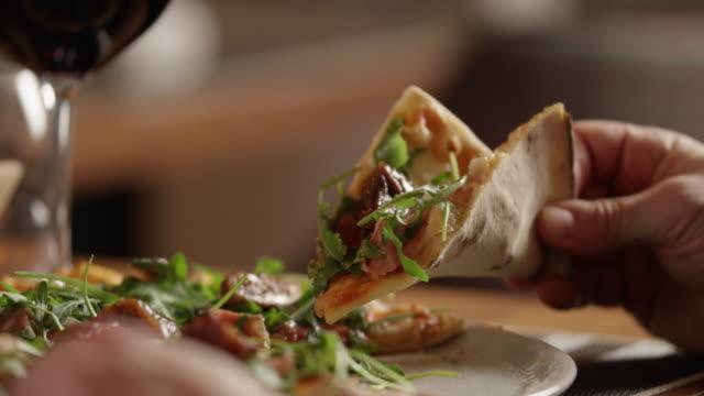 Close Up Schuss schneiden Pizza 4K-Slow-motion