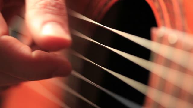 Nahaufnahme Makro-video von Gitarristen Hände