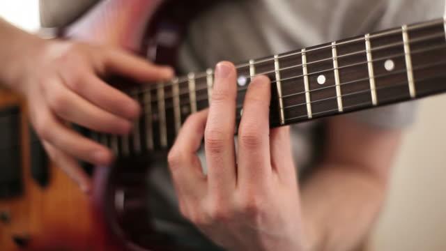Nahaufnahme des video von Gitarristen Hände