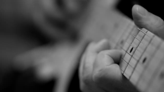 Close-up van video van gitaristen handen