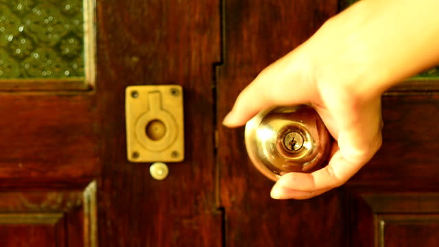 Der hölzerne moderne Tür mit einer hand