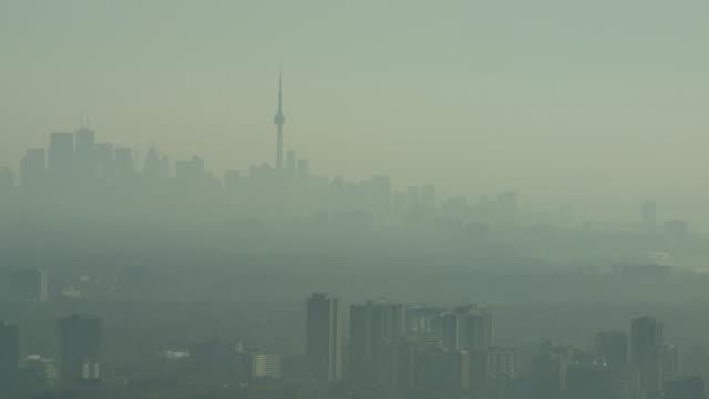 Verstärkte Aufnahme der Skyline von Toronto in den frühen Morgen im späten Herbst. Diesig und viel smoggy