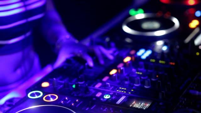 Nahaufnahme der hand von Dj Decks/Plattenspieler auf Disco Party Nachtclub