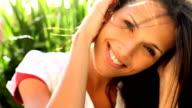 Nahaufnahme einer süßen Frau mit Händen im Haar