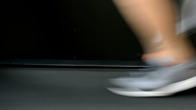 Nahaufnahme des Athleten Füße Laufen auf dem Laufband