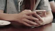 Nahaufnahme von weiblichen Händen mit einem Smartphone