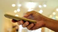 Close-up di mani utilizzando uno smartphone