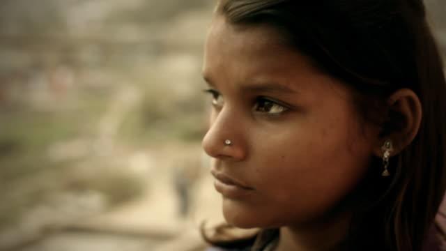 Close-up der indischen Mädchen Wegsehen