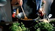 Nahaufnahme des Menschen kochen Abendessen