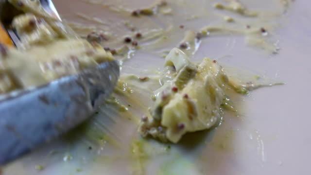 Close-up van de vork en mes snijden voedsel op de plaat