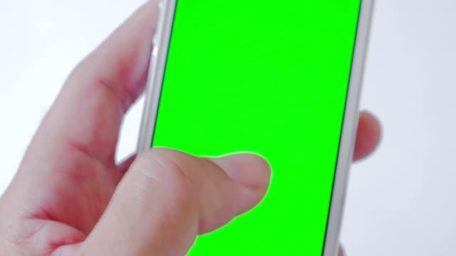 Close-up di utilizzando uno smartphone, schermo verde