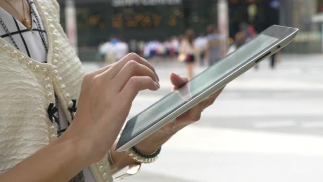 Close-up van de Hand van de vrouw met behulp van digitale Tablet